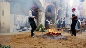 Το μαγείρεμα calsot επάνω ανοίγει πυρ κατά τη διάρκεια Calсotada Valls απόθεμα βίντεο