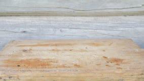 Το μαγειρευμένο κρέας σε μια σχάρα τοποθετείται σε έναν ξύλινο πίνακα Κατακόκκινα, ελαφρώς μμένα κομμάτια Ξύλινος τοίχος στο υπόβ φιλμ μικρού μήκους
