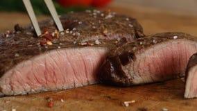 Το μαγειρευμένο μπριζόλα μέσο βόειου κρέατος έκοψε καλά το τεμαχισμένο μαχαίρι φιλμ μικρού μήκους