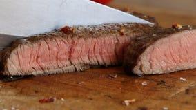 Το μαγειρευμένο μπριζόλα μέσο βόειου κρέατος έκοψε καλά το τεμαχισμένο μαχαίρι απόθεμα βίντεο