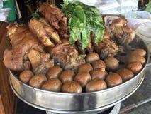 Το μαγειρευμένο πόδι χοιρινού κρέατος στο κατάστημα, το αυγό και το χοιρινό κρέας ρυζιού στη γλυκιά καφετιά σάλτσα, μαγείρεψε το  στοκ φωτογραφία με δικαίωμα ελεύθερης χρήσης