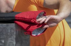 Το μαγειρεύοντας εξωτερικό ατόμων φθάνει για τα βαρέων καθηκόντων καυτά γάντια πυγμαχίας με το χέρι με το μαύρο δαχτυλίδι - κινημ στοκ φωτογραφίες