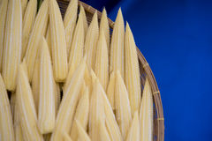 το μαγειρεύοντας καλαμπόκι μωρών έκοψε πρόσφατα έτοιμα τα συστατικά λαχανικά wok Στοκ εικόνα με δικαίωμα ελεύθερης χρήσης