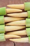 το μαγειρεύοντας καλαμπόκι μωρών έκοψε πρόσφατα έτοιμα τα συστατικά λαχανικά wok Στοκ φωτογραφίες με δικαίωμα ελεύθερης χρήσης
