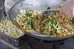 Το μαγειρεύοντας μαξιλάρι Ταϊλανδός ανακατώνει κοντά το τηγανίζοντας νουντλς, κινεζικό πράσο, tofu φετών Στοκ Φωτογραφία