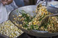 Το μαγειρεύοντας μαξιλάρι Ταϊλανδός ανακατώνει κοντά το τηγανίζοντας νουντλς, κινεζικό πράσο, tofu φετών Στοκ Εικόνες