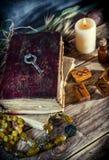 Το μαγικό βιβλίο και η γοητεία αντιτίθενται, η πρακτική μαγικού, enchantment, μαγεία στοκ εικόνες