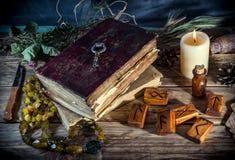 Το μαγικό βιβλίο και η γοητεία αντιτίθενται, η πρακτική μαγικού, enchantment, μαγεία στοκ φωτογραφίες με δικαίωμα ελεύθερης χρήσης
