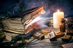 Το μαγικό βιβλίο και η γοητεία αντιτίθενται, η πρακτική μαγικού, enchantment, μαγεία στοκ εικόνα