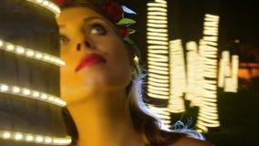 Το μακρο ευρωπαϊκό κορίτσι πορτρέτου θέτει ενάντια στα δέντρα LIT φιλμ μικρού μήκους
