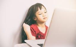 Το μακρυμάλλες ασιατικό κορίτσι φαίνεται όμορφο χρησιμοποιώντας την τηλεοπτική κλήση στο διαδίκτυο Στοκ φωτογραφία με δικαίωμα ελεύθερης χρήσης