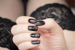 Το μανικιούρ είναι παρόμοιο με τις μαύρες γυναικείες κάλτσες Στοκ Φωτογραφία