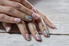 το μανικιούρ, ροζ με το άσπρο χρώμα, που απομονώνεται σε ένα άσπρο ξύλινο υπόβαθρο στοκ εικόνες