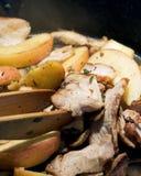 Το μανιτάρι και η Apple χοιρινού κρέατος Paleo ανακατώνουν τα τηγανητά Στοκ Φωτογραφία