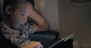 Το μαξιλάρι αφής τον βοηθά για να έχει ένα καλό αεροπορικό ταξίδι απόθεμα βίντεο