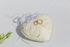 το μαξιλάρι συμβαλλόμενων μερών μπαλονιών ανασκόπησης χτυπά το γάμο Στοκ φωτογραφία με δικαίωμα ελεύθερης χρήσης