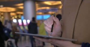 Το μαξιλάρι βοηθά να κάνει τις επιχειρήσεις σας κατά τη διάρκεια του ταξιδιού απόθεμα βίντεο