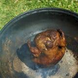 Το μαριναρισμένο και ψημένο στη σχάρα κοτόπουλο που γεμίζεται με μια μπύρα μπορεί Στοκ Φωτογραφία
