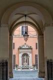 Το μαρμάρινο άγαλμα μνημείων μιας γυναίκας στο προαύλιο στη Ρώμη η πρωτεύουσα της Ιταλίας σε potory είναι σχηματισμένος αψίδα διά Στοκ φωτογραφία με δικαίωμα ελεύθερης χρήσης