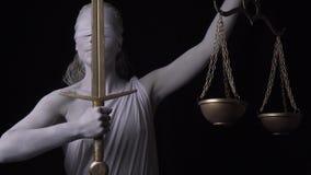 Το μαρμάρινο ανθρώπινο άγαλμα Themis κρατά ψηλά το χρυσό ξίφος και τις κλίμακες, 4k απόθεμα βίντεο