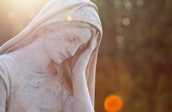 Το μαρμάρινο μνημείο ένα όμορφο άγαλμα των κοριτσιών στο παλαιό νεκροταφείο Στοκ Εικόνα