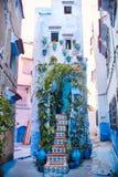 Το Μαρόκο είναι η μπλε πόλη Chefchaouen, ατελείωτες οδοί που χρωματίζονται στο μπλε χρώμα Μέρη των λουλουδιών και των αναμνηστικώ Στοκ φωτογραφίες με δικαίωμα ελεύθερης χρήσης