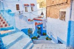 Το Μαρόκο είναι η μπλε πόλη Chefchaouen, ατελείωτες οδοί που χρωματίζονται στο μπλε χρώμα Μέρη των λουλουδιών και των αναμνηστικώ Στοκ εικόνες με δικαίωμα ελεύθερης χρήσης