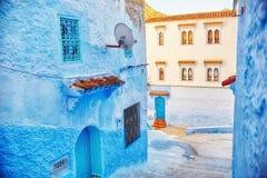 Το Μαρόκο είναι η μπλε πόλη Chefchaouen, ατελείωτες οδοί που χρωματίζονται στο μπλε χρώμα Μέρη των λουλουδιών και των αναμνηστικώ Στοκ Φωτογραφίες