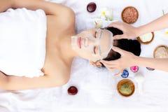 Το μασάζ Massager στο κεφάλι της, κάνει την όμορφη γυναίκα να ανακουφίσει stres στοκ εικόνες