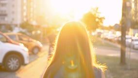 Το ματαιωμένο κορίτσι αφήνει τη κάμερα στα κυριώτερα σημεία του θερινού ήλιου βραδιού απόθεμα βίντεο