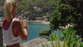 Το μαυρισμένο φίλαθλο θηλυκό απολαμβάνει την πανέμορφη θέα του κόλπου Tanote την ηλιόλουστη ημέρα Ασθενής ωκεάνιος ωκεάνιος άνεμο απόθεμα βίντεο