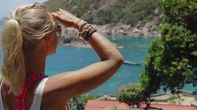 Το μαυρισμένο φίλαθλο θηλυκό θαυμάζει τον πανέμορφο κόλπο Tanote την ηλιόλουστη ημέρα Ασθενής ωκεάνιος ωκεάνιος άνεμος αερακιού π απόθεμα βίντεο