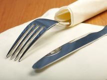 το μαχαίρι δικράνων βρίσκεται serviette Στοκ Φωτογραφίες
