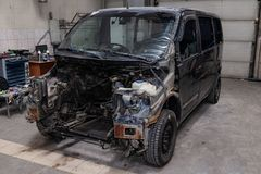 Το μαύρο αυτοκίνητο στο σώμα του φορτηγού προετοιμάζεται για τη ζωγραφική του σώματος με τη βοήθεια της ισοπέδωσης σε ισχύ της ζη στοκ φωτογραφίες με δικαίωμα ελεύθερης χρήσης