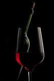 το μαύρο γυαλί μπουκαλιών απομόνωσε το κόκκινο κρασί Στοκ Εικόνες