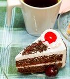 Το μαύρο δασικό κέικ παρουσιάζει το διάλειμμα και ποτό στοκ εικόνες