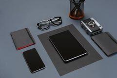 Το μαύρο επίπεδο συλλογής ουσίας γραφείων βρέθηκε Τοπ άποψη σχετικά με το σύνολο χαρτικών με το smartphone και την ταμπλέτα Στοκ φωτογραφίες με δικαίωμα ελεύθερης χρήσης