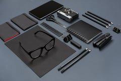 Το μαύρο επίπεδο συλλογής ουσίας γραφείων βρέθηκε Τοπ άποψη σχετικά με το σύνολο χαρτικών με το smartphone Στοκ Φωτογραφία