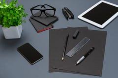 Το μαύρο επίπεδο συλλογής ουσίας γραφείων βρέθηκε Τοπ άποψη σχετικά με το σύνολο χαρτικών με το smartphone και την ταμπλέτα Στοκ φωτογραφία με δικαίωμα ελεύθερης χρήσης