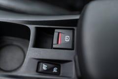 Το μαύρο εσωτερικό ενός σύγχρονου αυτοκινήτου, ανάβει το ηλεκτρικά βοηθημένο φρένο χώρων στάθμευσης, handbrake στοκ εικόνες