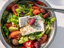 το μαύρο κεράσι τυριών κύπελλων θρυμμάτισε αγγουριών τις εύγευστες σμάλτων φέτας ελληνικές kalamata ντομάτες σαλάτας romaine ελιώ Στοκ φωτογραφίες με δικαίωμα ελεύθερης χρήσης