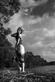 το μαύρο κορίτσι κρύβει το λευκό πουκάμισων φωτογραφίας s ατόμων Κορίτσι στο φόρεμα που περπατά στη θάλασσα ομο Στοκ φωτογραφίες με δικαίωμα ελεύθερης χρήσης