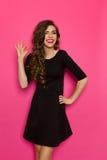 Το μαύρο μίνι φόρεμα είναι ΕΝΤΑΞΕΙ Στοκ Φωτογραφίες