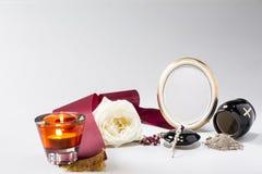 Το μαύρο δοχείο με το κώλυμα, άσπρο αυξήθηκε, κερί, rosary για τη συμπόνοια Στοκ εικόνες με δικαίωμα ελεύθερης χρήσης