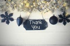 Το μαύρο πιάτο Χριστουγέννων, φως νεράιδων, κείμενο σας ευχαριστεί Στοκ φωτογραφίες με δικαίωμα ελεύθερης χρήσης