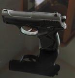 Το μαύρο πυροβόλο όπλο με τη σκιά Στοκ Φωτογραφία