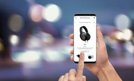 Το μαύρο σε απευθείας σύνδεση κατάστημα app Παρασκευής με το επίπεδο σχέδιο στο κινητό τηλέφωνο Στοκ εικόνα με δικαίωμα ελεύθερης χρήσης