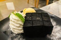 Το μαύρο ψωμί φρυγανιάς με την κτυπημένα κρέμα και το παγωτό βανίλιας Στοκ φωτογραφίες με δικαίωμα ελεύθερης χρήσης
