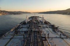 Το μεγάλο βυτιοφόρο προχωρά μέσω του στενού Bosphorus Στοκ Φωτογραφίες