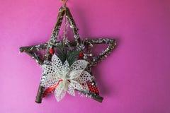 Το μεγάλο διακοσμητικό όμορφο ξύλινο αστέρι Χριστουγέννων, ένα μόνος-γίνοντα στεφάνι εμφάνισης του έλατου διακλαδίζεται και κολλά στοκ εικόνα